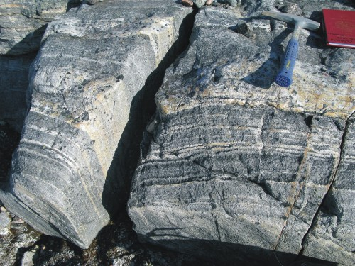 Photo 2013-271 : ca. 2.77 Ga, highly-strained banded tonalitic orthogneiss flanking the Roche Bay greenstone belt supracrustal to the southeast, inland from western  ...