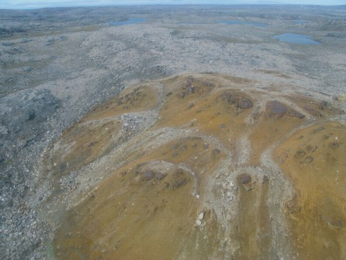 Photo 2013-282 : aerial view of ca. 2.7 Ga Bil gabbro pluton, with disseminated Fe-Cu-Ni sulphides forming spectacular gossan. Pluton is about 300 m diameter