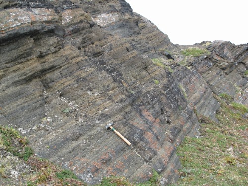Photo 2014-219 : Layered metagabbro, Meta Incognita Peninsula, Baffin Island, Nunavut; hammer is 35 cm long