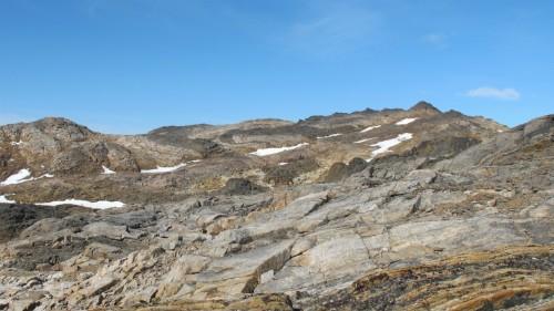 Photo 2014-221 : Folded diorite sheet in background emplaced in orthopyroxene-biotite±magnetite monzogranite, Meta Incognita Peninsula, Baffin Island, Nunavut; width  ...